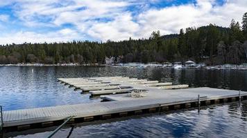 en flytande båtdocka vid en sjö foto