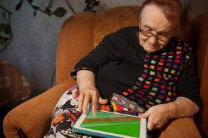 äldre kvinna som surfar på internet på en surfplatta foto