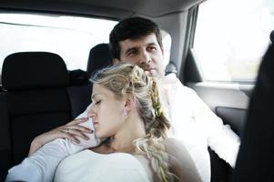 kvinna som sover på sin mans axel foto