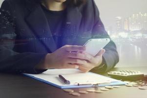 dubbel exponering av affärskvinna med smart telefon foto