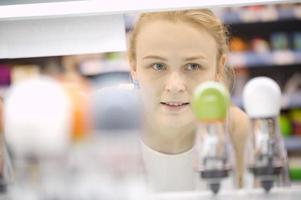 kvinna som analyserar produkter i en butik foto