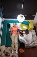 läkare som besöker sjuk kvinna hemma foto