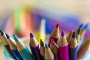 färgglada pennor på den suddiga bakgrunden foto