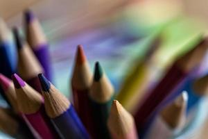 färgglada pennor närbild på en suddig bakgrund foto