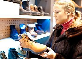 kvinna i en skobutik foto