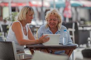 äldre kvinnor som kopplar av på ett kafé foto