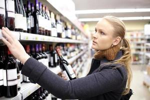 kvinna shopping för vin foto
