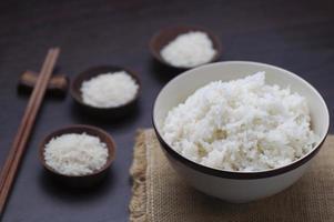 thailändskt ris med ätpinnar på träbakgrund