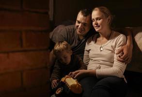 familj nära en öppen spis foto