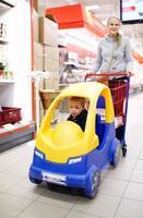 barnvänlig kundvagn foto