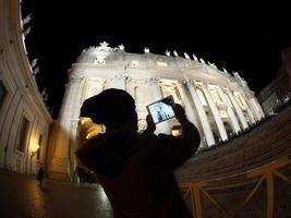 Vatikanstaten, 2020 - turist tar ett foto av st. Peters basilika