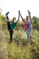 två kvinnor som tränar tillsammans utanför foto