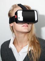 kvinna som använder ett vr-headset foto