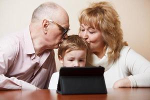 farföräldrar och barnbarn foto