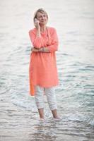 kvinna på telefon i vattnet foto