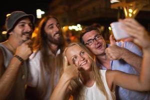 grupp tar en selfie på natten