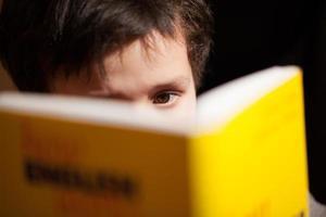 pojke som läser en bok