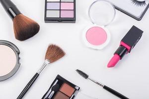 ovanifrån av en samling kosmetiska skönhetsprodukter foto