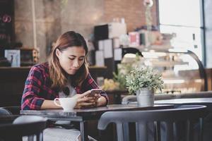 porträtt av ung hipsterkvinna i kafé foto