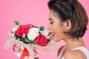 porträtt av en vacker kvinna med bukett blommor foto