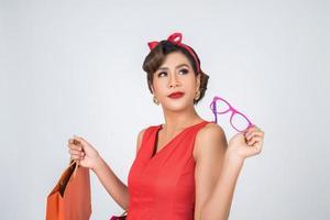 vacker asiatisk kvinna med färgade shoppingpåsar foto