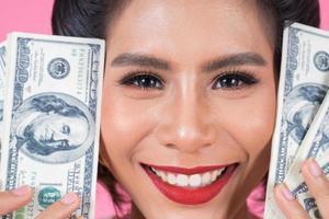 glad vacker kvinna med dollar foto
