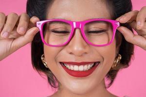porträtt av en trendig kvinna med solglasögon foto