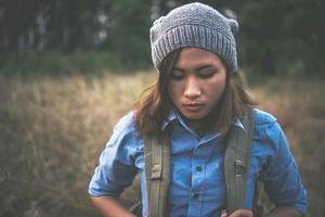 vintage sommar livsstil mode porträtt av ung hipster kvinna
