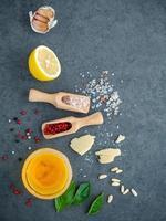 ingredienser för hemlagad pesto foto