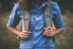 vintage sommar livsstil mode porträtt av ung hipster kvinna foto