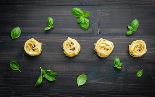 färsk pasta och basilika