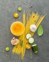 spagetti med ingredienser foto