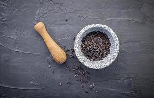 svart himalayansalt på mörk betongbakgrund foto
