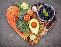 hälsosamma ingredienser i hjärtform foto