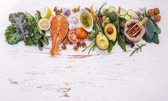 rad av hälsosamma ingredienser på en vit träbakgrund foto