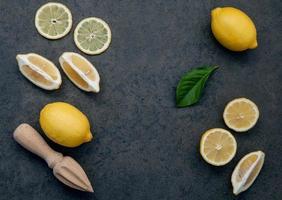 färska citroner med en juicepress foto