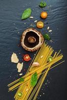 spagetti pasta och ingredienser foto