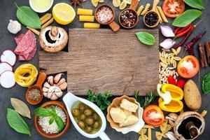 matlagningsingredienser med en skärbräda foto