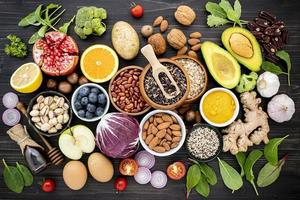hälsosam mat på skiffer foto