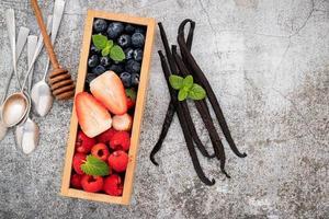 bär, vaniljböna och honung foto