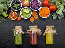 frukt och grönsaker med juice foto