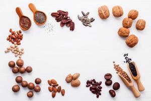 ram av olika baljväxter och nötter foto