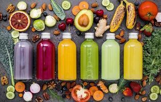 flaskor med frukt- och grönsaksjuice foto