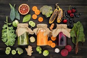 hälsosam juice på en mörk bakgrund foto