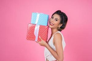 vacker glad kvinna med överraskning presentaskar foto