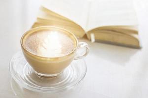 latte och öppen bok foto