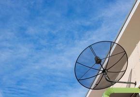 satellit på byggnad med blå himmel foto