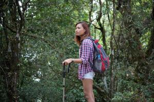 ung hipster kvinna vandrare tar lite vila medan vandring