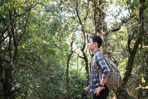 ung hipster man vandrare tar lite vila medan vandring