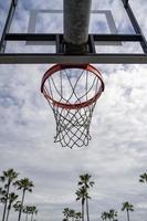 utomhus basketkant på en molnig och solig dag foto